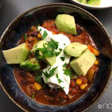 chili mit avocado und creme fraiche