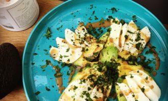 avocado salat mit mozzarella