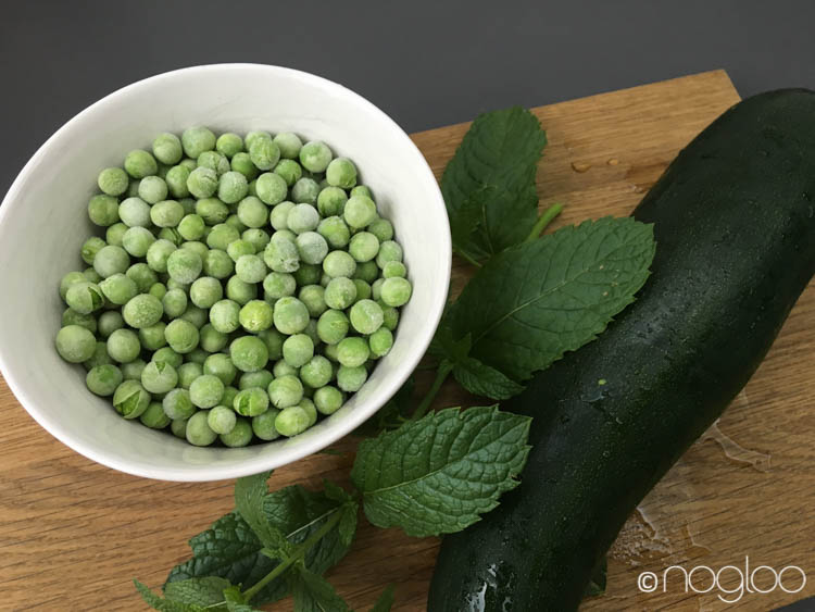 Zucchininudeln mit Minz-Erbsen-Sugo