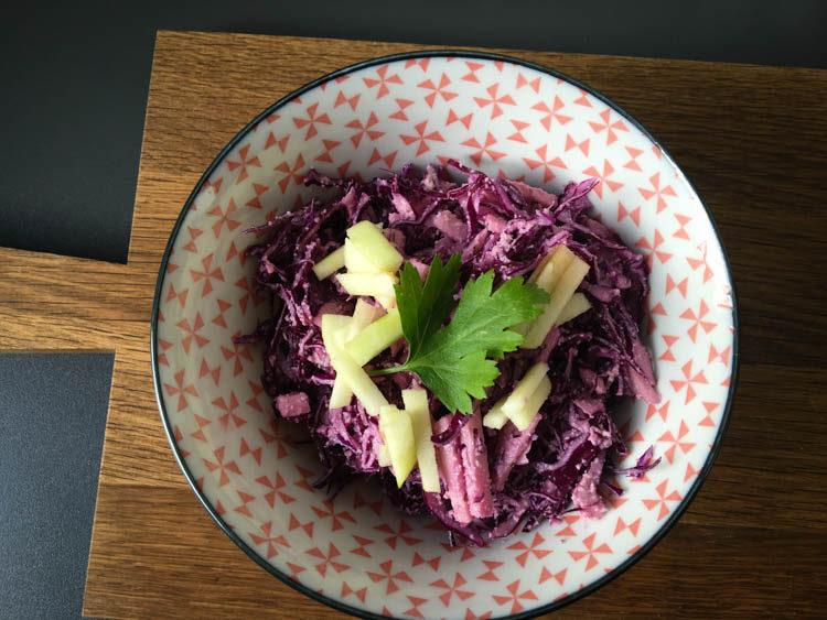rotkohl-salat mit apfel