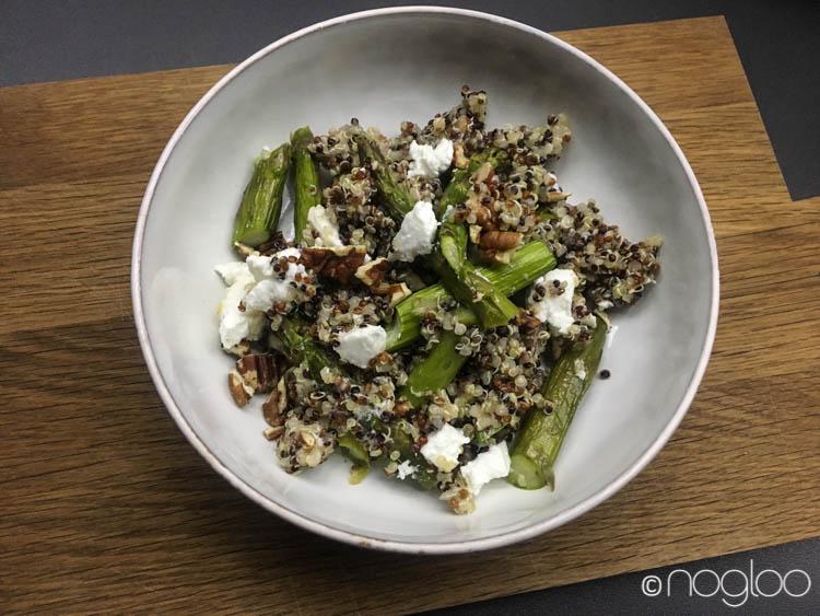 Quinoasalat mit Spargel und Ziegenfrischkäse