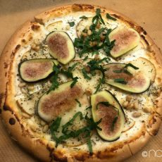 Glutenfreie Pizza mit Ziegenkäse und Birne