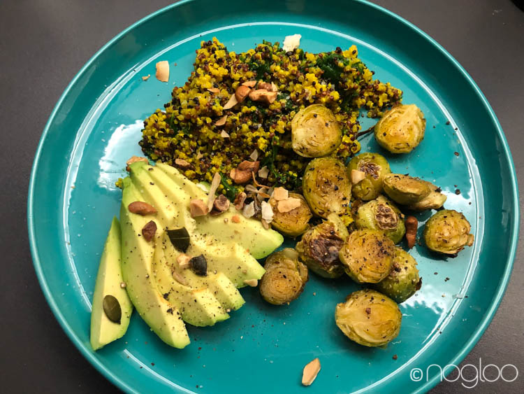 kurkuma quinoa bowl mit grünkohl