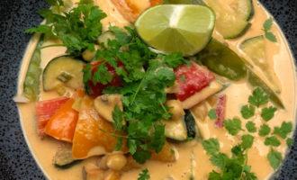 Thai Erdnussbowl mit frischem Gemüse